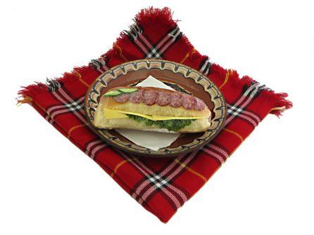sandvich-s-lukanka-kashkaval-produlgovata-pitka